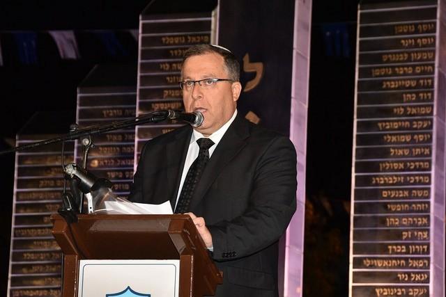 ראש העיר, אלי דוקורסקי, נושא דברים בטקס יום הזיכרון לחללי מערכות ישראל